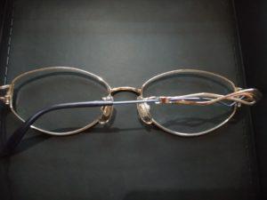 母の複雑なメガネ
